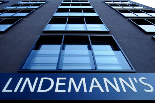LINDEMANN'S Fassade Froschperspektive
