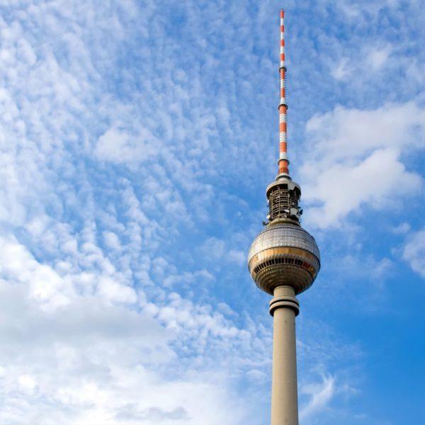 Berliner Fernsehturm vor blauem Himmel nahe der LINDEMANN HOTELS®